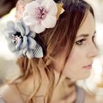 Свадебная прическа невесты украшенная парой цветов