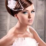 Прическа невесты украшенная цветком с лентой
