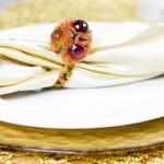 Свадебные салфетки с пестрой лентой и цветами