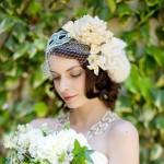 Кремовые цветы в свадебной прическе