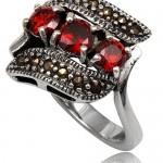 Обручальное кольцо с камнями ярко-гранатового цвета