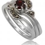 Гранатовый камень в свадебном кольце невесты