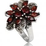 Множество камней в свадебном кольце невесты