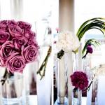 Пурпурные розы в свадебном декоре