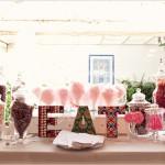 Надпись из сладостей на свадебном столе