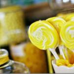 Желтые леденцы для гостей на сладкое