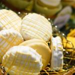 Желтое свадебное печенье