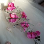 Розовые орхидеи в проволочном букете