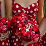 Свадебный букет невесты из красных кнопок