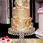 Свадебный торт как скульптура из золота