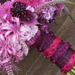 Ножка букета, перевязанная пурпурными лоскутками