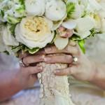 Ножка свадебного букета в кружевах и жемчуге