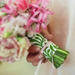 Бело-зеленый узор на ножке свадебного букета