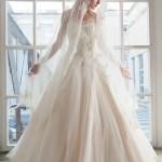Белое свадебное платье невесты с кружевами