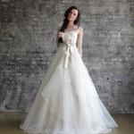 Свадебное платье невесты с белым бантом на поясе