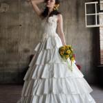 Невеста в белом платье с кремовым поясом