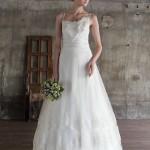 Невеста в свадебном платье с тонкими бретельками