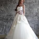 Свадебное платье невесты с сиреневым бантом на поясе