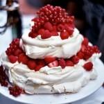 Свадебный торт с малиной и красной смородиной