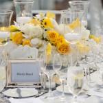 Белые и желтые розы на свадебном столе