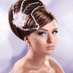 Необычно украшенные волосы невесты