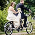 Жених и невеста на велосипеде