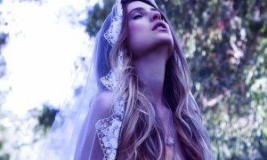bohemian-bride-rides-horse-tulle-lace-veil__full-carousel