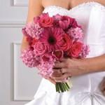 Цветы разных сортов в руках невесты