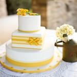 Свадебный торт с желтыми цветами