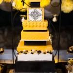 Сочетание желтого и черного в свадебном торте