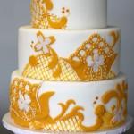 Белый свадебный торт в желтых кружевах
