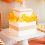 Белый свадебный торт украшенный желтыми цветами