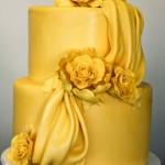 Свадебный торт насыщенного желтого цвета