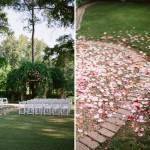 Парковая свадьба с дорожкой из лепестков роз