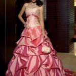 Розовый оттенок платья