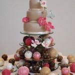 Свадебный торт украшенный цветами и шариками