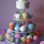 Свадебный торт из шариков разных цветов