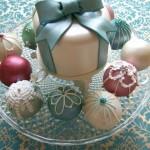 Свадебный торт украшенный елочными шариками