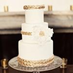 Свадебный торт перевязанный золотыми поясами