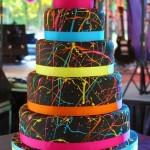 Свадебный торт в красочных пятнах
