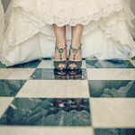 Свадебные туфли невесты  на клетчатом полу