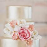 Серебряный свадебный торт с цветами