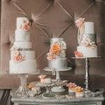Оранжевые цветы на свадебном торте