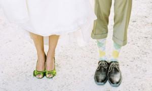 Яркая обувь для невесты и жениха