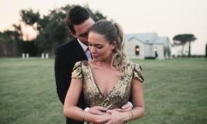 Невеста в золотом свадебном платье