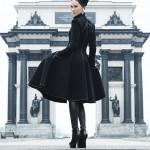 Пальто Gareth Pugh, ботильоны Fendi, шапка Yves Saint Laurent