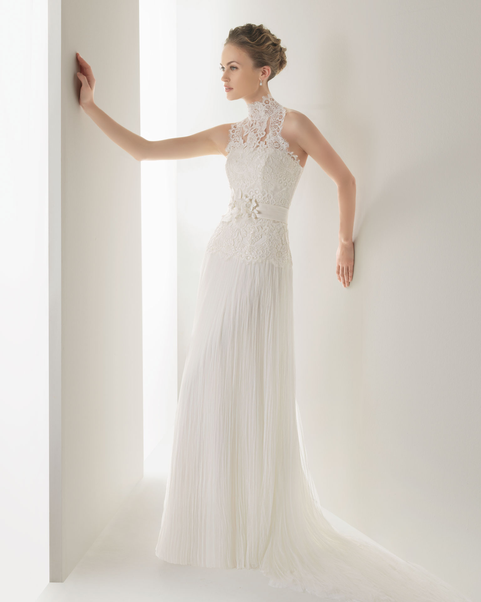 Свадебные платья для торжества 2013 несут в себе отпечаток модных тенденций сезона. Это летящие силуэты, роскошные дорогие материалы и способность