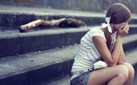 Бедная маленькая девочка скучает