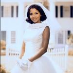 В 1998 году Холли Берри впервые надевает свадебное платье в фильме