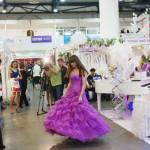 Невеста примеряет платье
